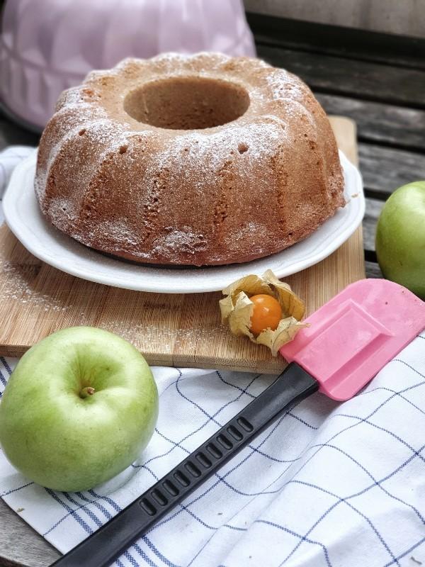Saftiger Apfelmuskuchen – Gugelhupf